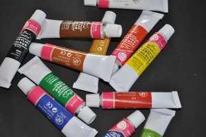Mit Acrylfarben werden die Bierdeckel mit Farben bemalt um dann die Senioren damit beschäftigen zu können