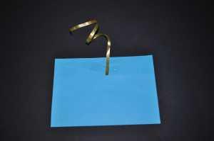 mit Tesa ein Stück Ringelband am Umschlag befestigen