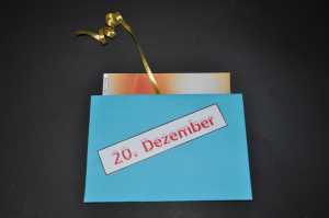 Die Weihnachts - Poster - Teile kommen in den Umschlag so dass oben etwas  übersteht