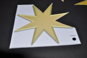Ausschneiden der Sterne aus der Vorlage Mobile für Senioren
