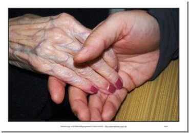 Bildkarten von verschiedenen Händen für Gesprächsimpulse bei der Seniorenbeschäftigung